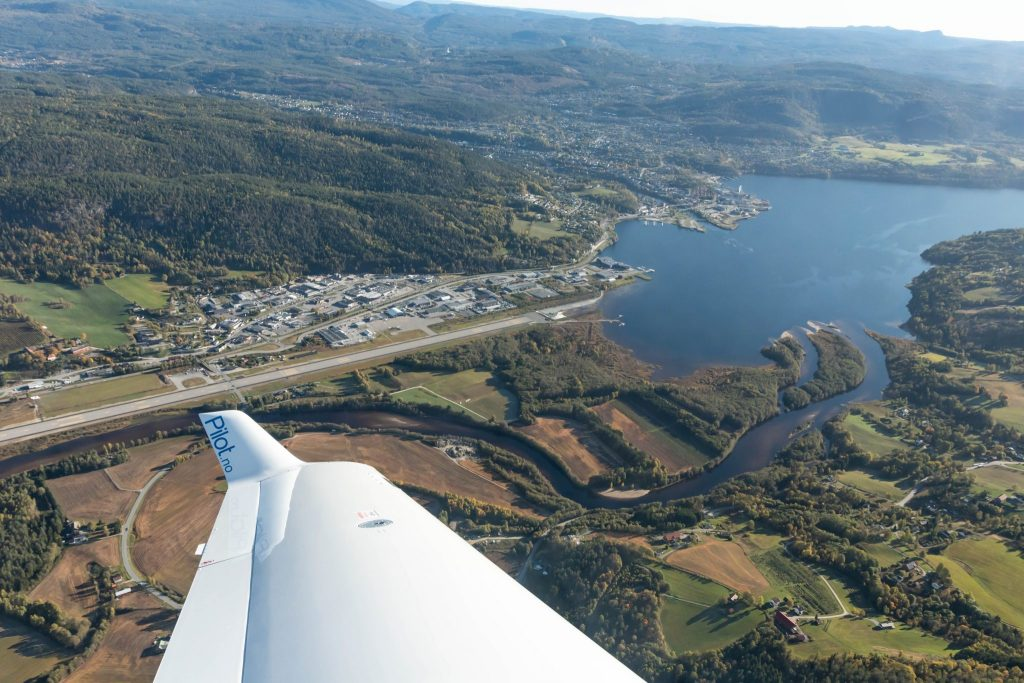View from a Diamond DA40 to Notodden and Heddalsvannet, with the winglet in front point at Notodden airport Tuven. On the winglet it says pilot.no.