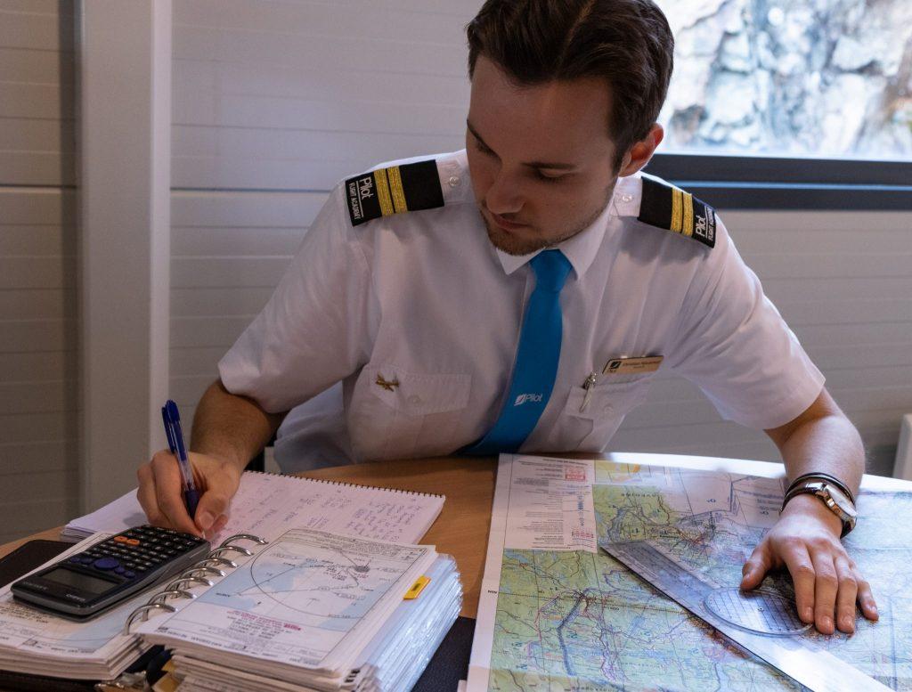 Student Hjerpsted planlegger en flyrute med kart, plotter og kalkulator