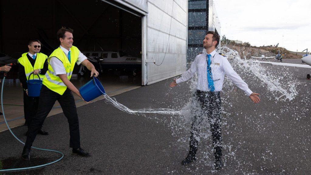 Student Hjerpsted blir døpt av medstudenter med kaldt vann etter sin første solotur