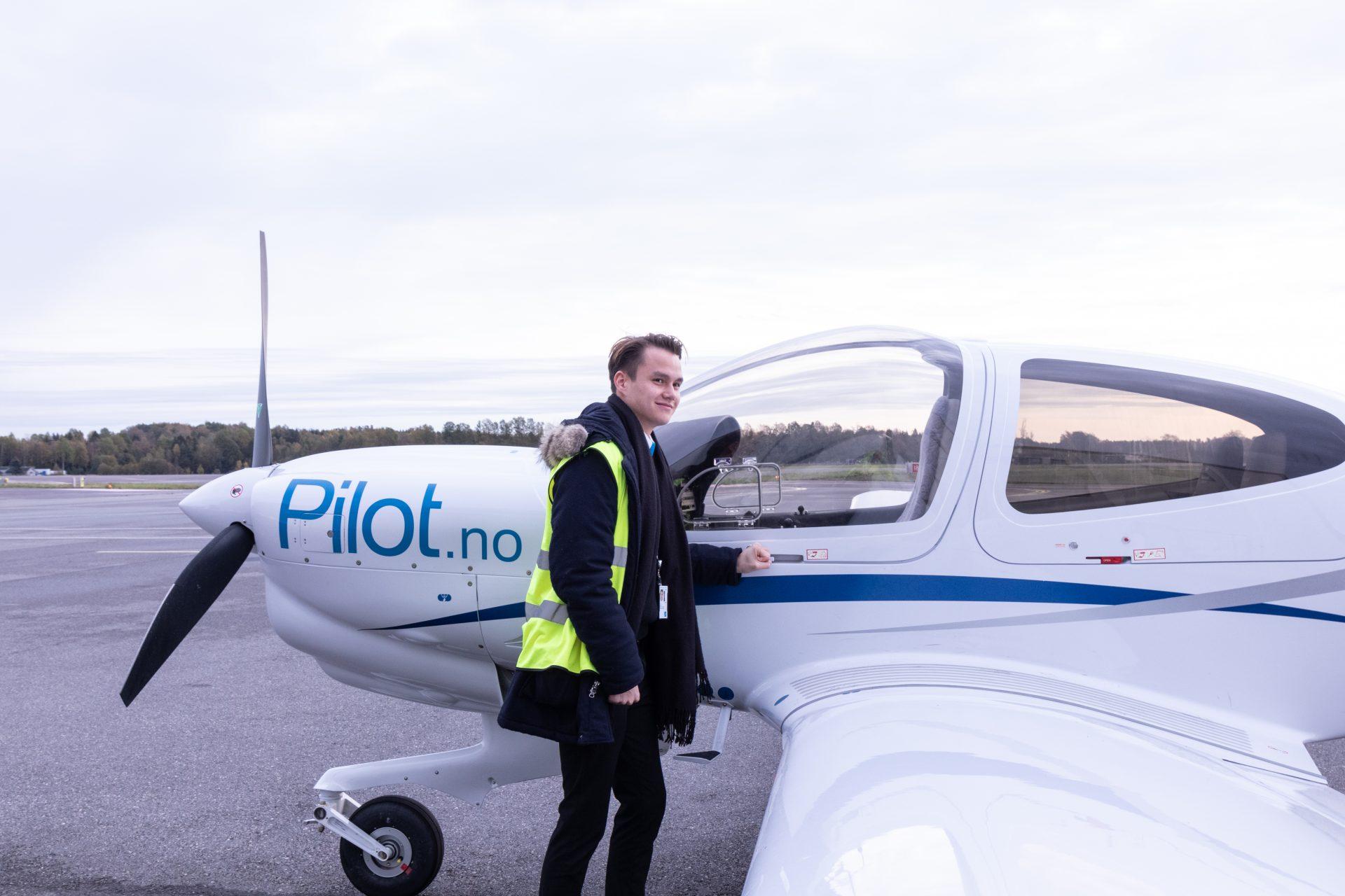 Flyinstruktør Mathias Storheil foran treningsfly. Foto.