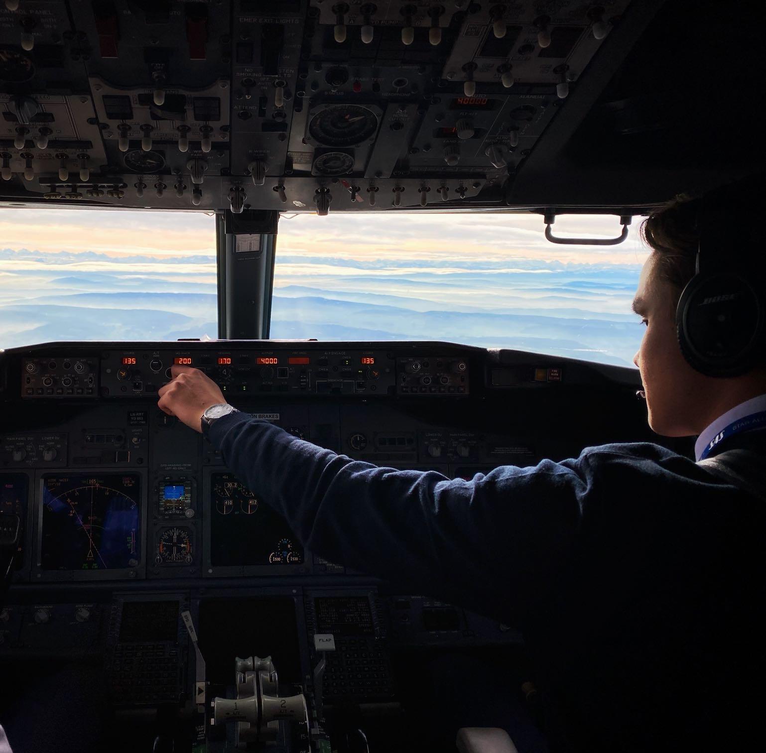 Pilot Mathias Storheil i SAS cockpit. Foto.